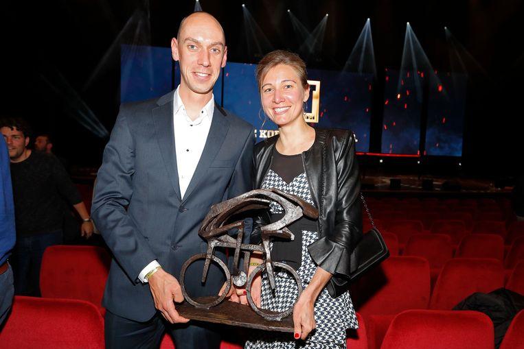 Sofie De Vuyst en haar Bart De Clercq met de trofee van Flandrienne van het Jaar.