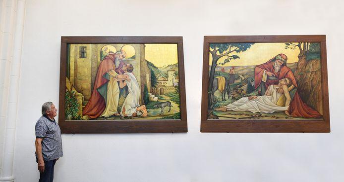 """Kerkbestuurslid Ad Gelens bij de twee schilderijen van Streekmuseum Etten + Leur die in de Lambertuskerk de plaats hebben ingenomen van twee zeventiende eeuwse doeken die terug moesten naar het Rijksmuseum. ,,Minder kostbaar, maar zeker zo mooi."""""""