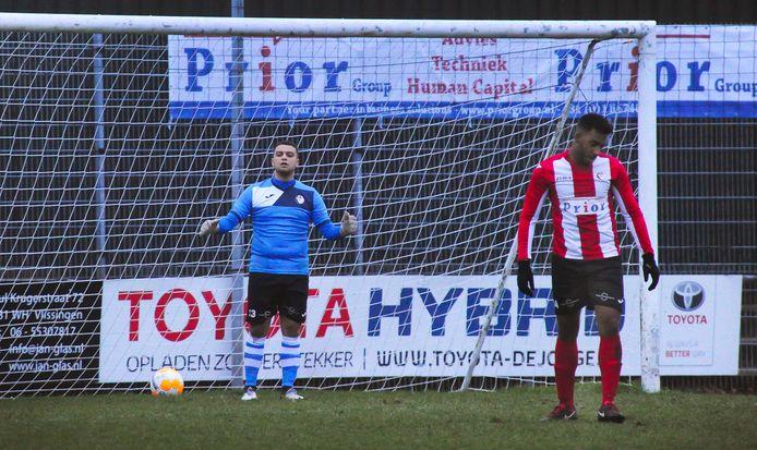 De tuchtcommissie amateurvoetbal legt vijftien maanden schorsing op aan Vlissingen-keeper Karim Ben Sellam (links).