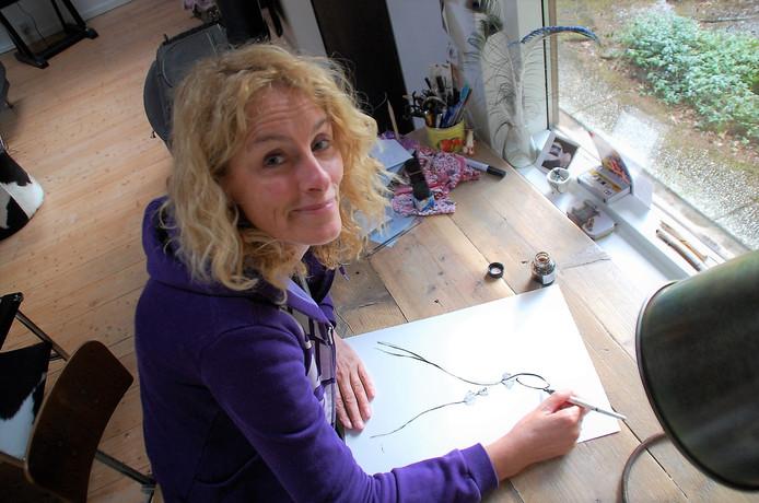 Ingrid Vissers aan het werk in de karakteristieke Sillyfish-stijl, die ze zelf ontwikkelde.