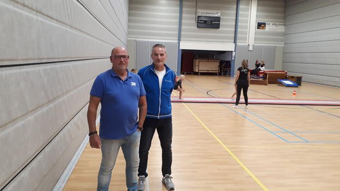Beheerders Christiaan Pijffers en Jac Reijnders (links) bij de geluidsabsorberende wanden van het bedrijf Tig Akoestiek.