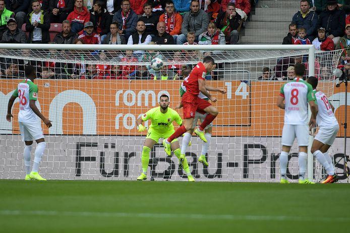 Robert Lewandowski kopt de 1-1 binnen tegen Augsburg.