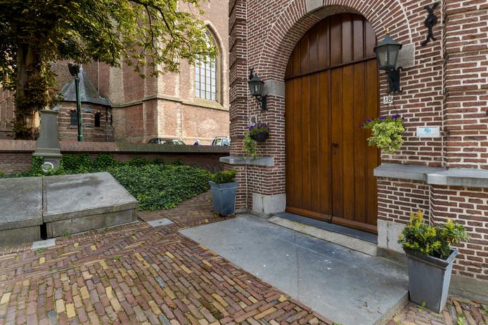 De uitgesleten grafsteen voor de deur van het protestants kerkje in Boxtel.