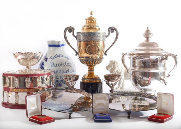 Boris Becker est contraint de vendre ses nombreux trophées remportés au cours de sa riche carrière. Mais certains d'entre eux, dont les plus prestigieux, demeurent introuvables.