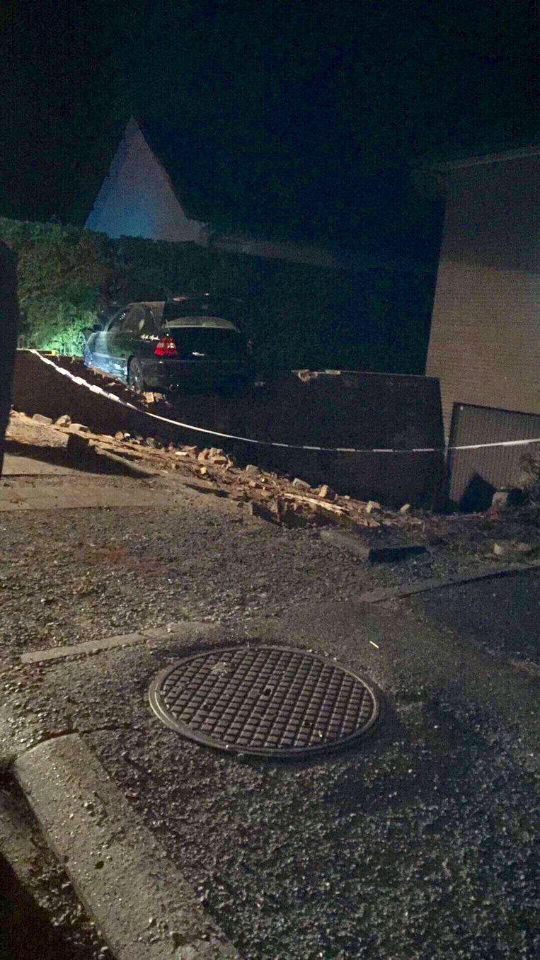 De auto kwam tot stilstand tegen een haag nadat de bestuurder een tweede muurtje ramde.