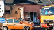 Auto boort zich in voorgevel: huis tijdelijk onbewoonbaar