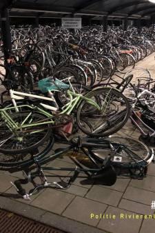 Fietsen op een hoop bij station Duiven: 'Blijf van andermans spullen af!'