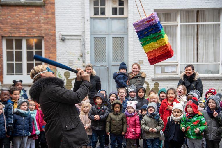 Directrice Natacha De Bie werd in de bloemen gezet en mocht een piñata vol cadeautjes stukslaan.
