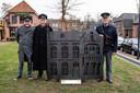 NEEDE - De oud-postbodes Arie Haarman, Wim Lammers en Herman Dimmendaal in oude PTT-Post kleding bij het monument voor het postkantoor.