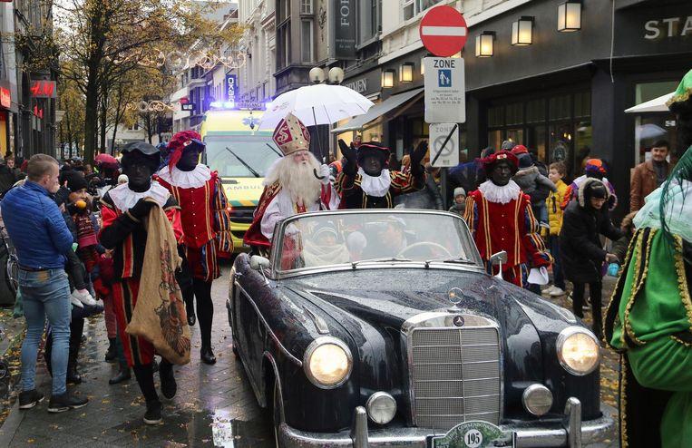 De Sint trotseerde de regen met een witte paraplu.
