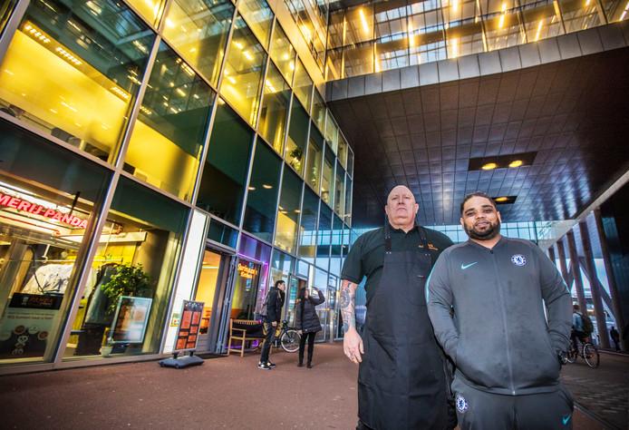 Ron Lauwers van Java Schoeneservice (links) en Feriez Wazirali van de Surinaamse broodjeszaak hebben er tabak van: ,,Wij verliezen inkomsten.''