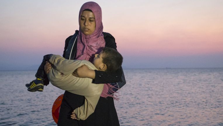 Een Syrische vluchtelinge met haar zoontje in Kos.