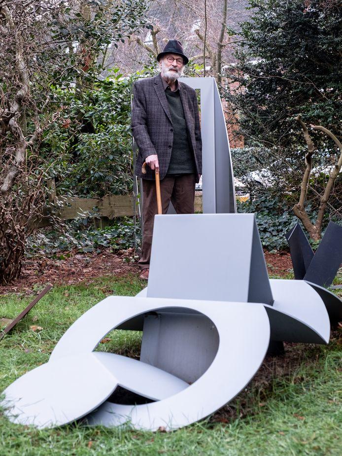 Kunstenaar Frits Vanèn met een van zijn abstracte creaties.
