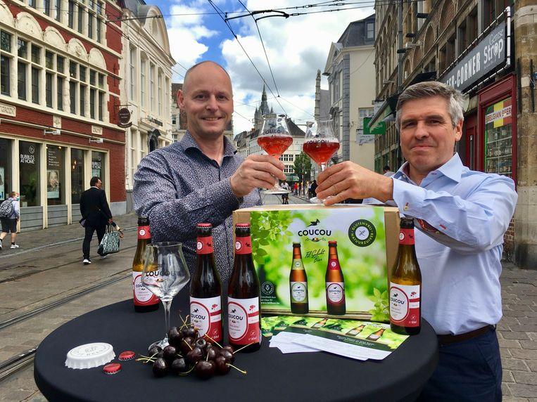 Joeri Cools en Geert De Paepe met hun Kriek Royal van Coucou, het eerste glutenvrij kriekbier ter wereld.