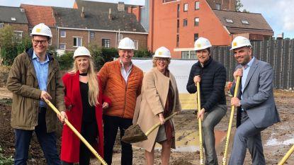Burgemeester Veerle Heeren steekt eerste spade in de grond van woonproject 'De Stadspoort'