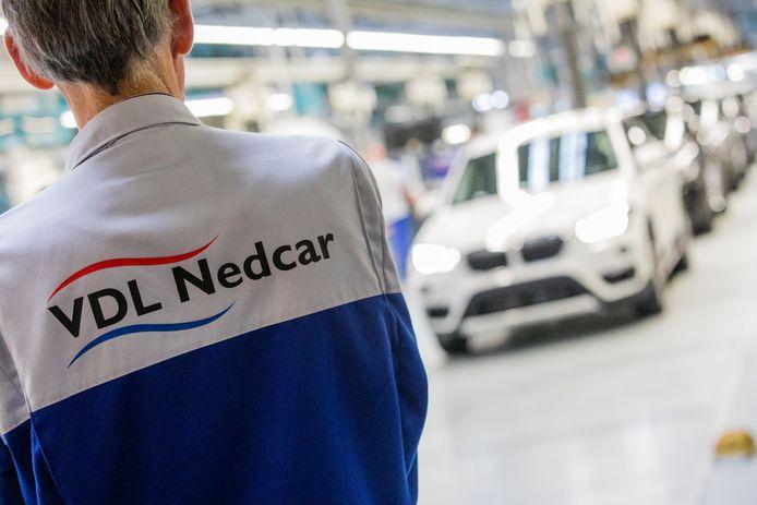 Een medewerker van autofabrikant VDL Nedcar in Born.