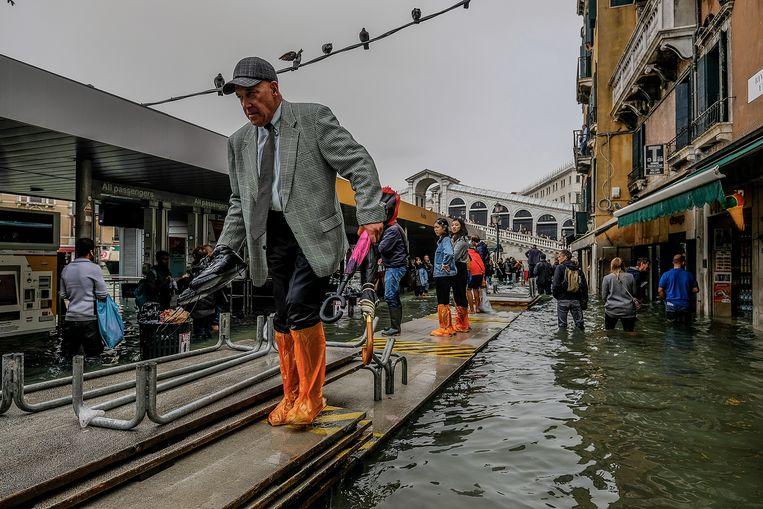 Provisorisch voetpad in Venetië op 29 oktober, toen het water 156 centimeter hoog stond. Scholen en ziekenhuizen gingen dicht en inwoners kregen het advies hun woningen te verlaten.  Beeld Getty Images