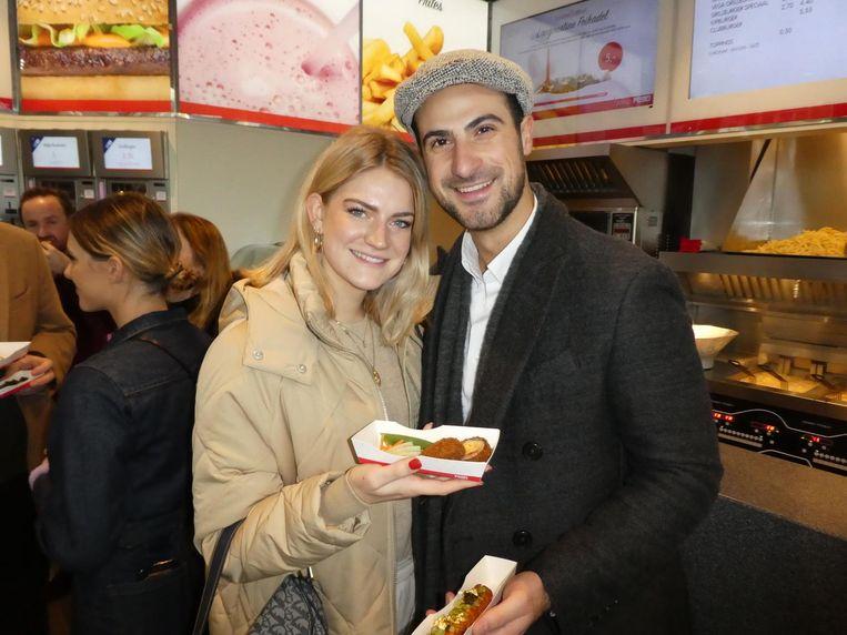 Influencer Fenna Brinkmann met een sushi van kaassoufflé. Ze vindt het heerlijk. Met Rami Wakilah (The Real Estate Agency) Beeld Schuim