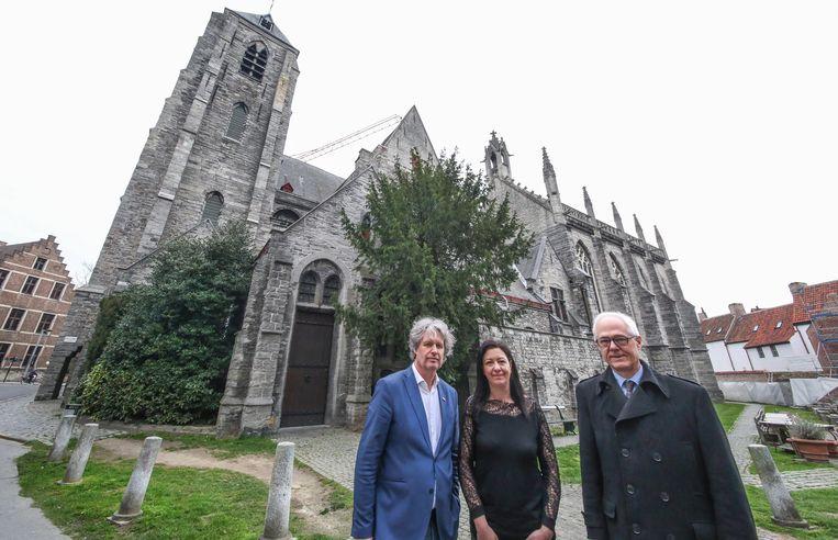 Schepenen Wout Maddens en Kelly Detavernier en deken Geert Morlion bij de Onze-Lieve-Vrouwekerk, die binnen enkele jaren ook een museumkerk rond de Guldensporenslag wordt.
