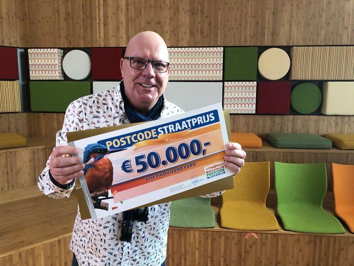 Postcodeloterij-ambassadeur Gaston Starreveld verrast winnaars middels een videogesprek.