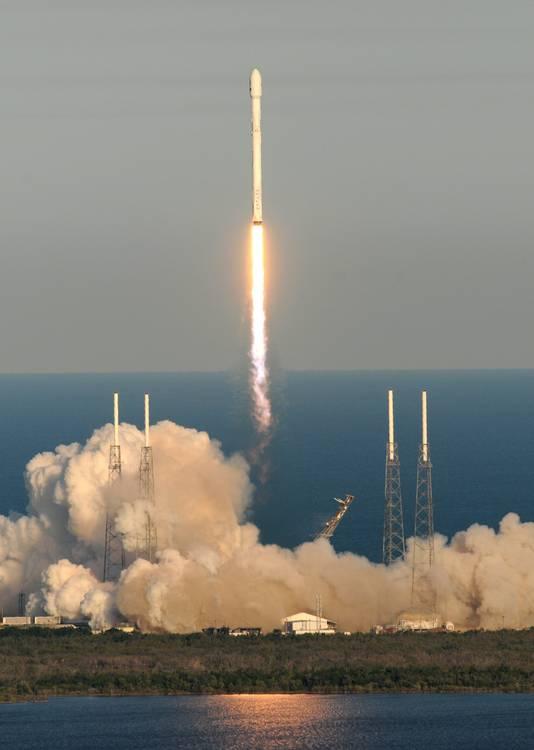 De lancering van raket die de telescoop vervoert.