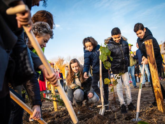 Kinderen worden nauw betrokken bij het aanplanten van een tiny forest van het IVN.