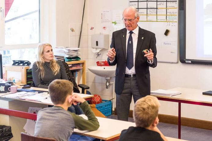 Indië-veteraan Henk Teunis verzorgde een gastles voor leerlingen van basisschool De Touwladder.