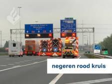 Tientallen bestuurders negeren rode kruizen op A4 en krijgen boete thuis: 'Wegdek was spiegelglad'