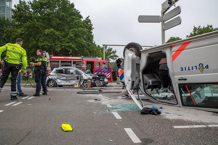Botsing auto met politiebus: 3 gewonden.
