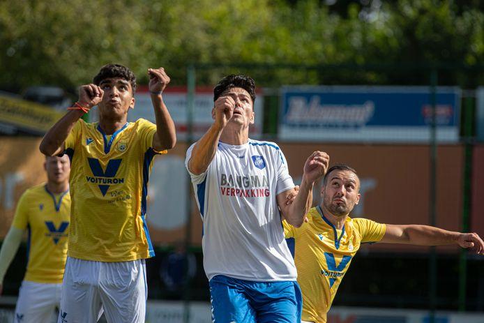De voetballers van NSC Nijkerk eerder deze maand in actie tegen SC Urk.