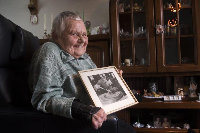 Mevrouw Martha Peressoni laat een foto zien van haar man, hij was de eerste Italiaan die bij Stork kwam werken.