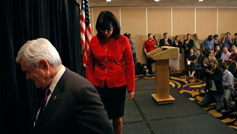 Newt Gingrich verlaat met zijn dochter Jackie voor de laatste keer het podium in Arlington. Beeld getty
