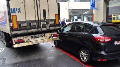 Oplegger van Poolse trucker raakte  achteraan verstrikt in geparkeerde wagen