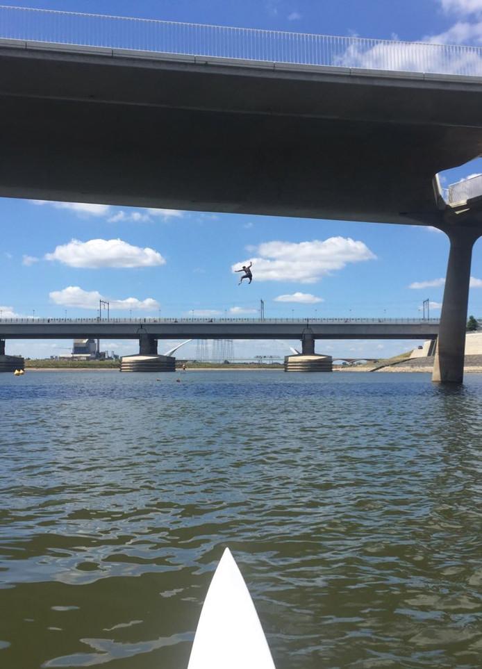 Man springt van een van de vijf bruggen de Spiegelwaal in en belandt vlakbij de roeiboot.  'Levensgevaarlijk', vinden de roeiers.