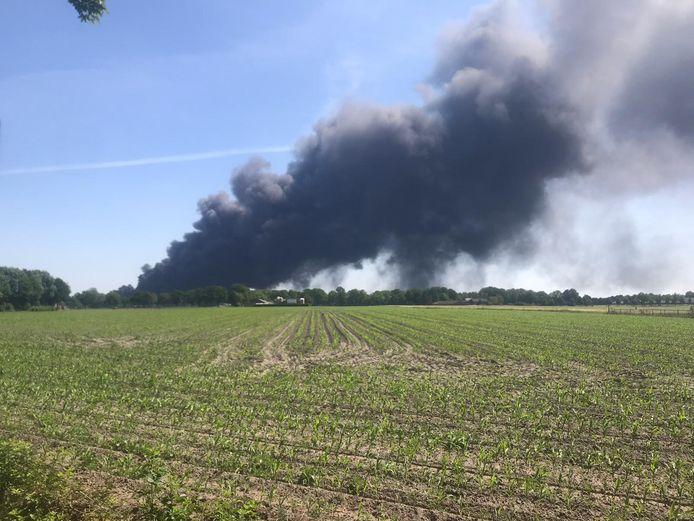 De rookpluim vanuit Hapert.