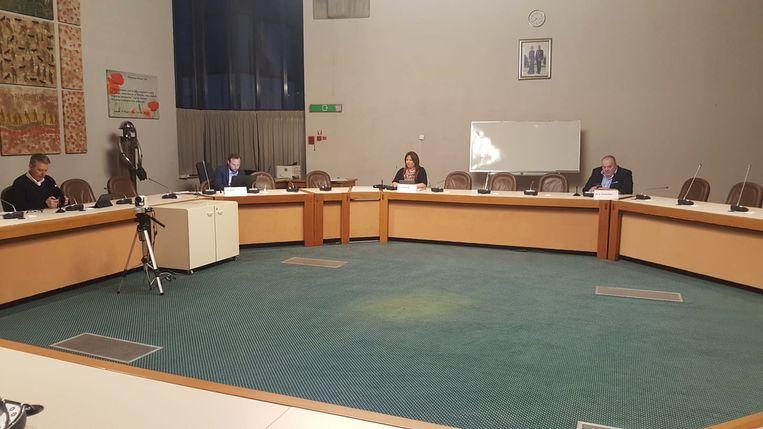 Er waren maar zes mensen aanwezig op de virtuele gemeenteraad in Ninove. De anderen konden de zitting digitaal volgen.