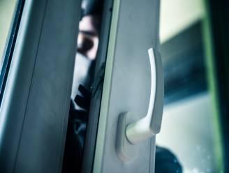 Dief breekt binnen in appartement via balkon door schuifraam open te breken