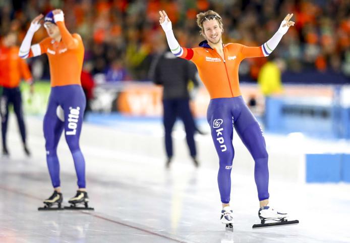 Jan Blokhuijsen is tevreden met zijn 5000 meter, Sven Kramer maakt zich in de achtergrond klaar.
