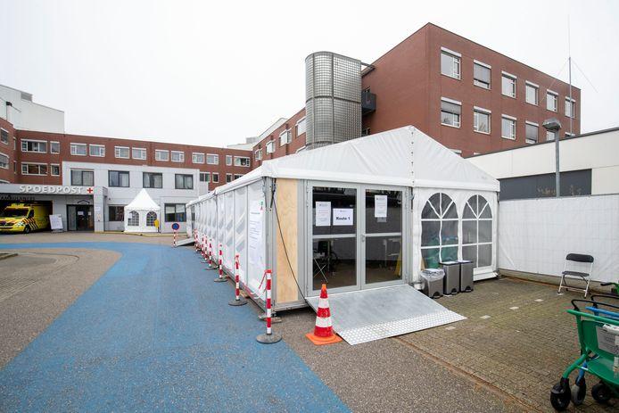 De tent bij Ziekenhuis Gelderse Vallei waar de coronapatiënten zich moeten melden.