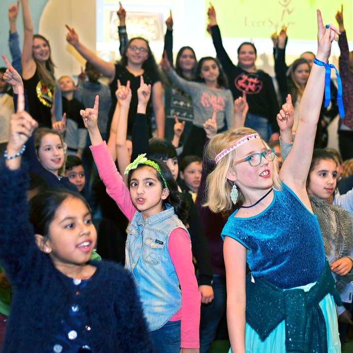 Basisschool De Springplank in Etten-Leur heeft het predikaat excellente school ontvangen, en vierde dat vanavond. Alle leerlingen deden een dans op muziek om het heuglijke feit te vieren. Foto Johan Wouters