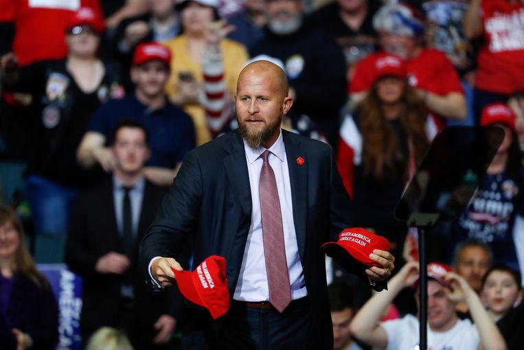 Brad Parscale, de vervangen campagnemanager, deelt Trump-petjes uit tijdens een rally. Beeld AP
