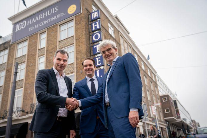 Arjen de Vries (l) schudt de hand van Bas Tolmeijer (r) van de EHM Group, de nieuwe eigenaar van Hotel Haarhuis. In het midden Wouter Dekker, die de dagelijkse leiding van het honderdjarige hotel op zich gaat nemen.