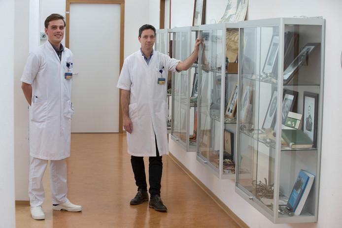 Chirurg Erik Staal (rechts) en tropenarts-in-opleiding Mitchell Windsma hopen dat het ministerie de kosten van de tropenopleiding in het Slingeland op zich gaat nemen. Foto: Theo Kock