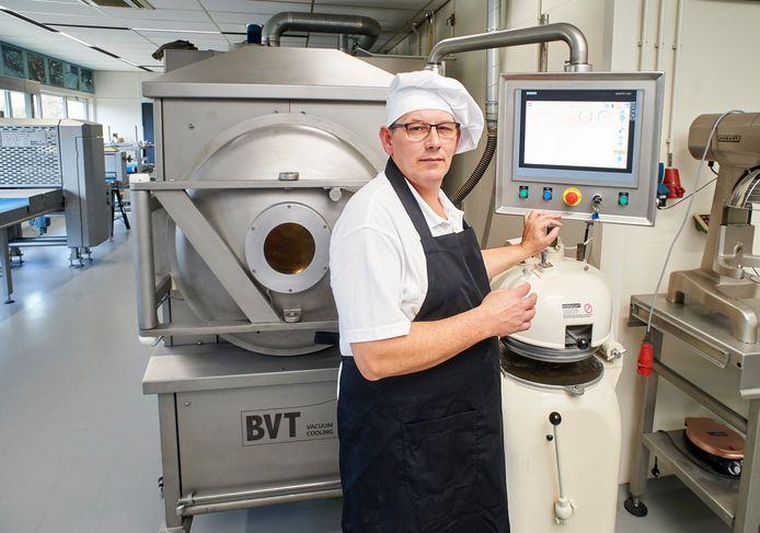 Bakker Jan de Groot bij een vacuüm gekoeld bakproces bij Verhoeven.