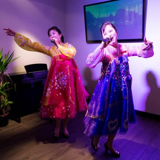 Naast bedienen van de klanten, zongen de medewerksters ook in het restaurant.