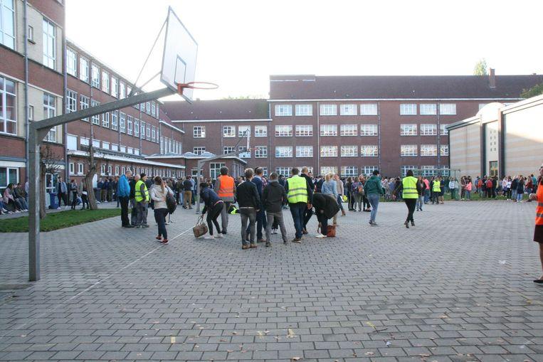De leerlingen van Athena campus Pottelberg verzamelden op de speelplaats.