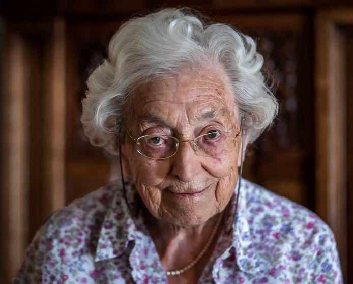 Mevrouw Evelien van de Most van Spijk (100 jaar), winnares van de Golden Girl Award 2020 YWCA Nederland.