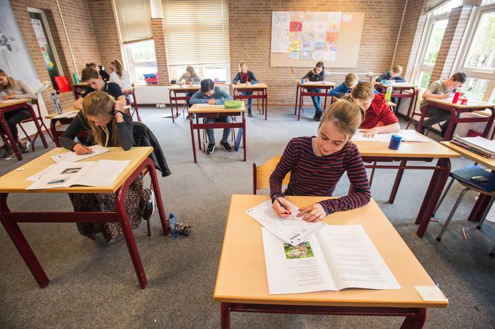 Groep 8-leerlingen maken de eindtoets op een basisschool in Heusden.