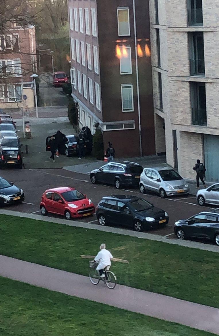Arrestatie op de Oudenoord, waar T. werd opgepakt. Beeld