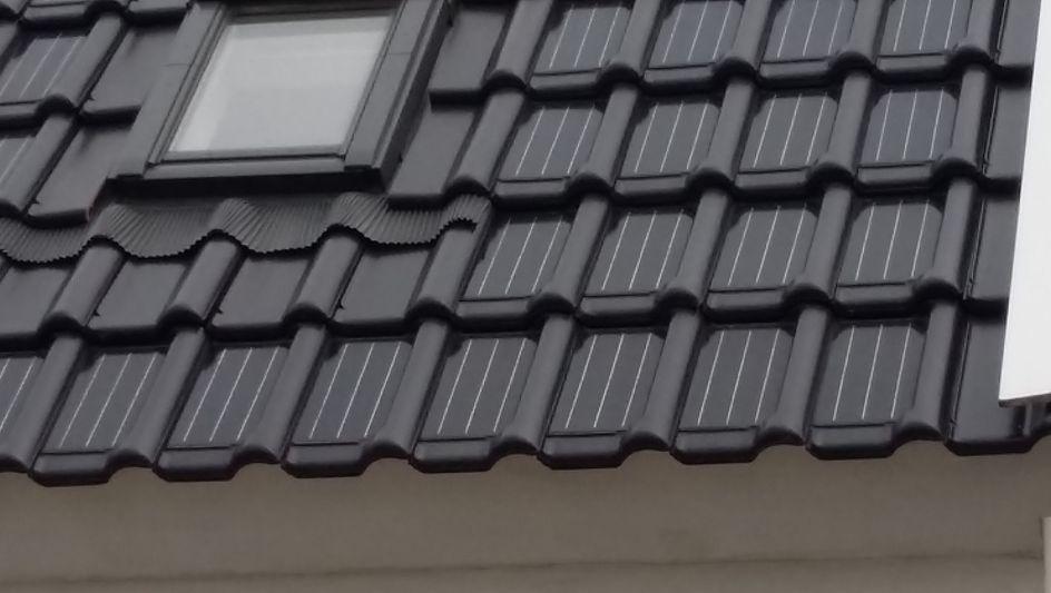 Dakpannen Met Zonnepanelen : Dakpannen die onzichtbaar stroom opwekken trouw